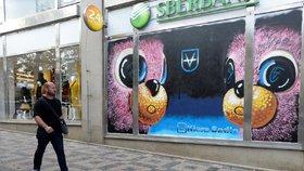 """Posprejovaný Tančící dům i Dům módy! Část budov v Praze má """"novou"""" fasádu, legální graffiti vzniklo přes noc"""