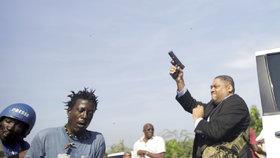 Senátor střílel na příznivce opozice. Zranění utrpěli fotograf a bodyguard