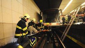 Do kolejiště v metru skočili během 15 minut dva lidé: Byly to pokusy o sebevraždu! Žena (†57) zemřela