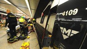 Na Florenci spadl muž pod metro. Na místě zemřel, zasahovali hasiči a záchranka