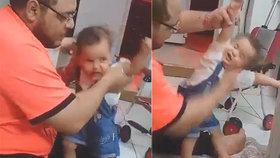 Hrůzné video: Otec zmlátil dcerku jen proto, že nemohla stát a chodit!