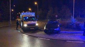 Vypil hodně vodky a sedl za volat: Na Barrandově se opilý mladík zasekl autem na kruháči