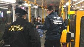 Noční zátah na černé pasažéry v Ostravě: Lidé před asistenty přepravy utíkali z tramvají!