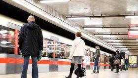"""Komplikace na """"céčku"""": Metro mezi Holešovicemi a Ládvím nejezdí"""