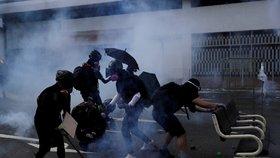 Správkyně hrozí demonstrantům čínskou armádou: Protesty v Hongkongu nepolevují