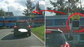 Žádná signalizace a závory nahoře! Vlak v Šenově jel přes přejezd, řidiči jen zírali