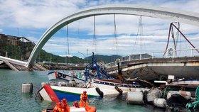 Mrtvých po zřícení mostu přibývá. Záchranáři našli těla v rozdrcených lodích