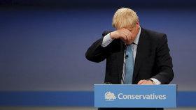 """Johnsonovi """"teče do bot"""". Pětice ministrů britské vlády hrozí demisí"""