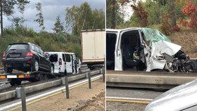 Totálně zablokovaná dálnice D1 po vážné nehodě: Hasiči museli na místo pěšky!