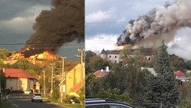 Na Slovensku vyhořel zámek. Zvědavci se hasičům pletli pod nohy