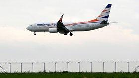 Cestující žádal sedět u syna, vyvedli ho z letadla. Byl agresivní, brání se Smartwings