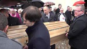"""Sbohem, mami. Výborný a tři děti se loučili s Markétou (†45). """"Byla živel,"""" řekli o ní na pohřbu"""