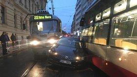 Auto skříply dvě tramvaje! Děsivě vypadající nehoda zkomplikovala dopravu v centru Prahy