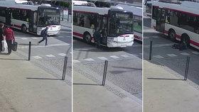 Otřesné video z Pardubic: Školák vběhl pod trolejbus, ten ho přejel! Ukažte to doma dětem, nabádá maminka chlapce