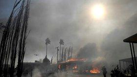 Kalifornie v plamenech: Hasiči marně bojují se stovkami požárů, lidé jsou bez proudu
