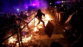 Ohnivé barikády, stovky raněných a rušené lety: Barcelona se otřásá v základech