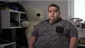 Ani televize nepomohla! Tomáš (203 kg) se cpal i před kamerou, tak ho vyhodili