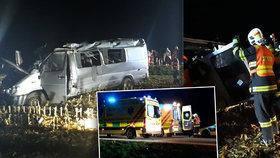 Šofér usnul, dodávka se převrátila přes střechu: V nemocnici je deset polámaných lidí