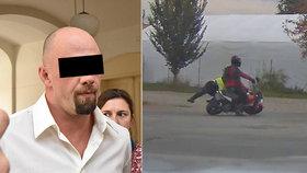 Motorkář srazil policistku a vážně ji zranil: Soud mu udělil 2,5 roku vězení!