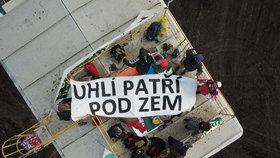 """Aktivisté obsadili velkorypadlo na Mostecku. """"Odejdeme, až skončí doba uhelná"""""""