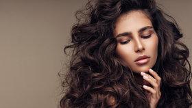 Suché a lámavé vlasy jsou minulostí! Do kterých šamponů se vyplatí investovat?