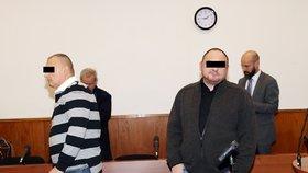 Dozorci nechávali Fajáda telefonovat a brali úplatky, stojí v obžalobě. U soudu to popřeli