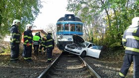 Vlak v Praze 6 smetl auto: Mezi Prahou a Kladnem trať dvě hodiny stála