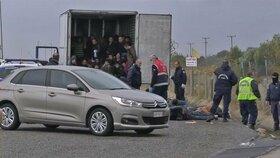 V kamionu se schovávalo 15 migrantů. Převaděče prozradila falešná stěna