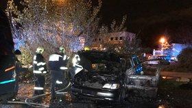Požár auta ve Vysočanech: Zapálil ho žhář?