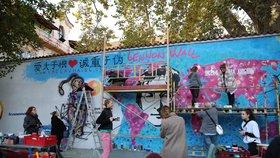 """""""All you need is love!"""" Lennonova zeď se mění ve venkovní galerii. Psát na ni mohou i turisté, ale jen tužkou"""