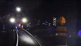 Tragédie na kraji Prahy: Střet s vlakem zaplatil nešťastník životem, vlaky stály tři hodiny