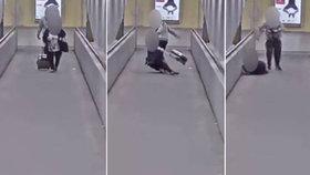 Bezcitný gambler strhl babičce kabelku z ramene, až spadla na zem: Kamerám neunikl