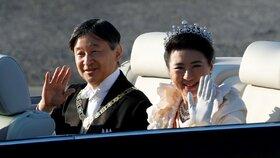 """Nový japonský císař se ukázal v ulicích. """"Neurozená"""" císařovna nasadila korunku"""