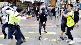"Policista střelil demonstranta ""ostrými"". V Hongkongu panuje chaos"