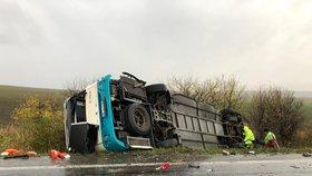56 dětí v nebezpečí: Na Lounsku se převrátil patrový autobus