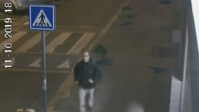 Grázl dal zničehonic pěstí malému chlapci a utekl! Útočníka z Karlína hledá policie