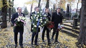 Předsedové opozičních stran u hrobu Václava Havla. Zleva Marek Výborný (KDU-ČSL), Petr Fiala (ODS), Vít Rakušan (Starostové) a Jiří Pospíšil (TOP 09)