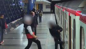 Maraton mlátiček v metru! Bili se od Můstku až po Rajskou zahradu, jeden druhého pobodal
