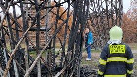 Dřevěnou rozhlednu v Kyjích někdo zapálil?! 6metrové plameny, cisterny se k ní špatně dostávaly