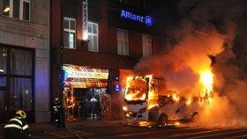 VIDEO: Autobus v centru Prahy shořel na prach! Škoda 1,5 milionu, oheň poškodil i fasádu domu