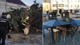 Na náměstí v Holešově spadl vánoční strom: Prudký poryv větru ho doslova ukroutil a strhl na přístřešky trhovců!