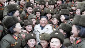 Dojetí, nebo strach? Vojačky se fotily s Kimem. Diktátor se usmíval, ženy plakaly