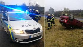 Auto vyletělo z dálnice a skončilo na střeše: Řidiče a dítě zachránili policisté