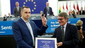 """""""Nevěřte Putinovi."""" Z ruského vězení propuštěný režisér převzal cenu EU"""