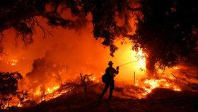 V plamenech zemřel hasič: Kalifornii opět sužují ničivé požáry, evakuace tisíců lidí