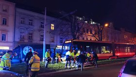 Tramvaj na Břevnově srazila chodce: Starší muž se vážně zranil na hlavě