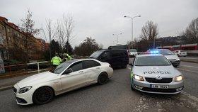 Ujížděl policistům v kradeném autě! Šoféra v Braníku hledá vrtulník, utekl