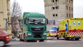 Vážná nehoda v Libni: Náklaďák smetl chodce (63)! Muž je v umělém spánku