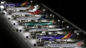 """Uzemněné 737 MAX mají další """"katastrofický"""" problém. Boeing se musí zadlužit"""
