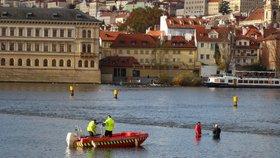 Mrtvola ve Vltavě! U Novotného lávky plavalo bezvládné ženské tělo